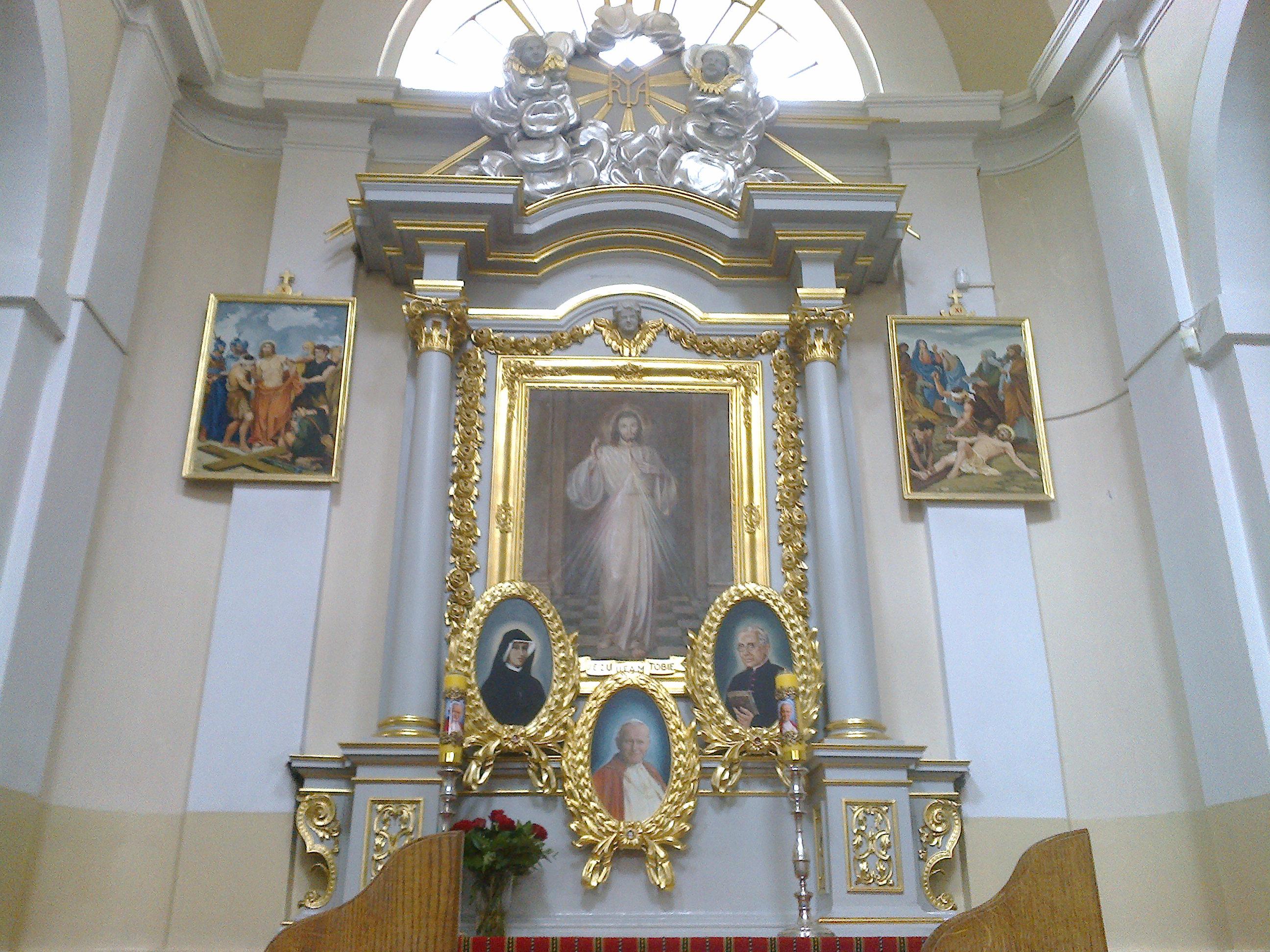 Ołtarz Jezusa Miłosiernego zrelikwiami iwizerunkami św.apostołów Bożego Miłosierdzia
