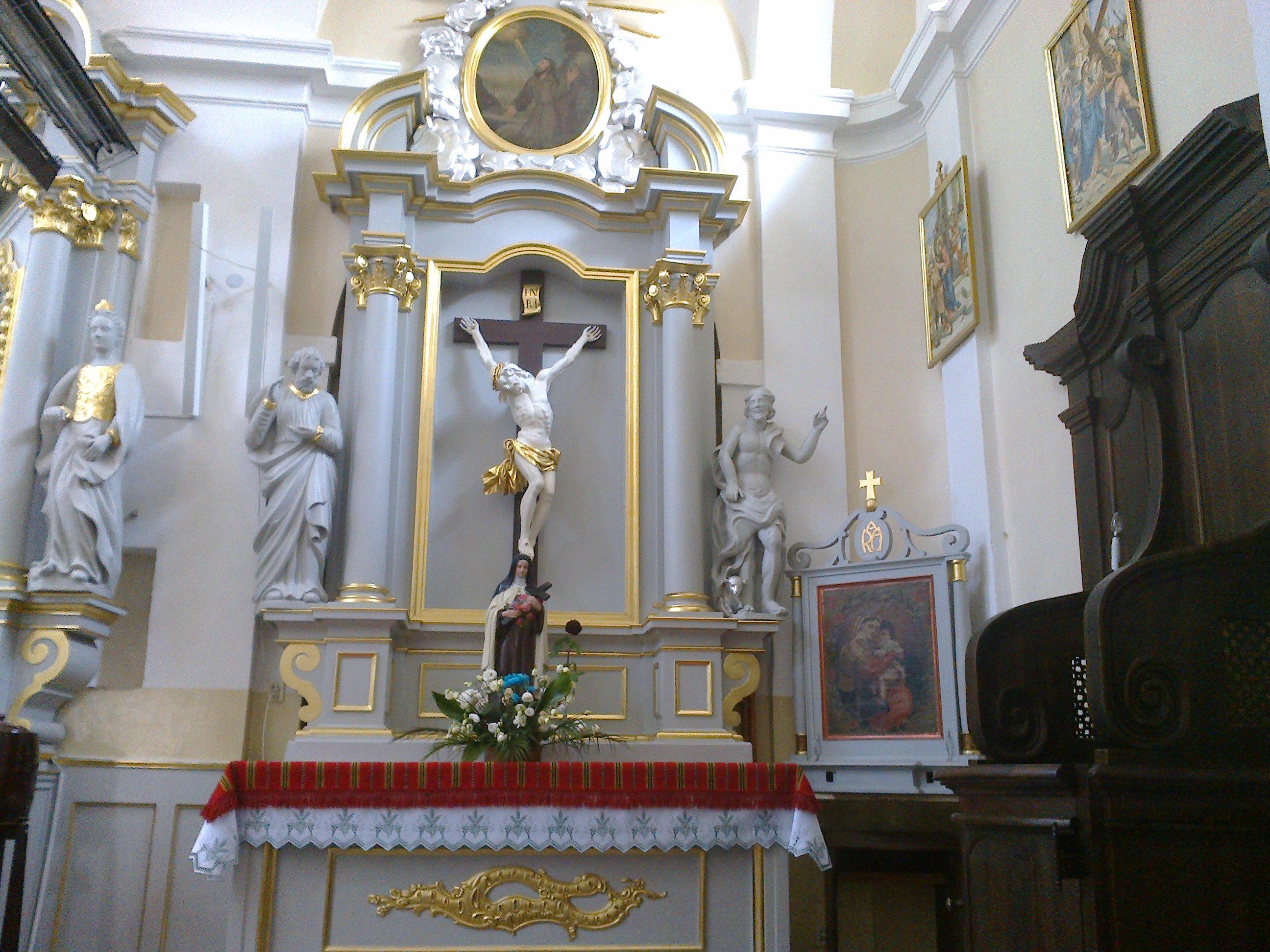 Ołtarz z barokowym krucyfiksem i figurą św. Teresy z Lisieux
