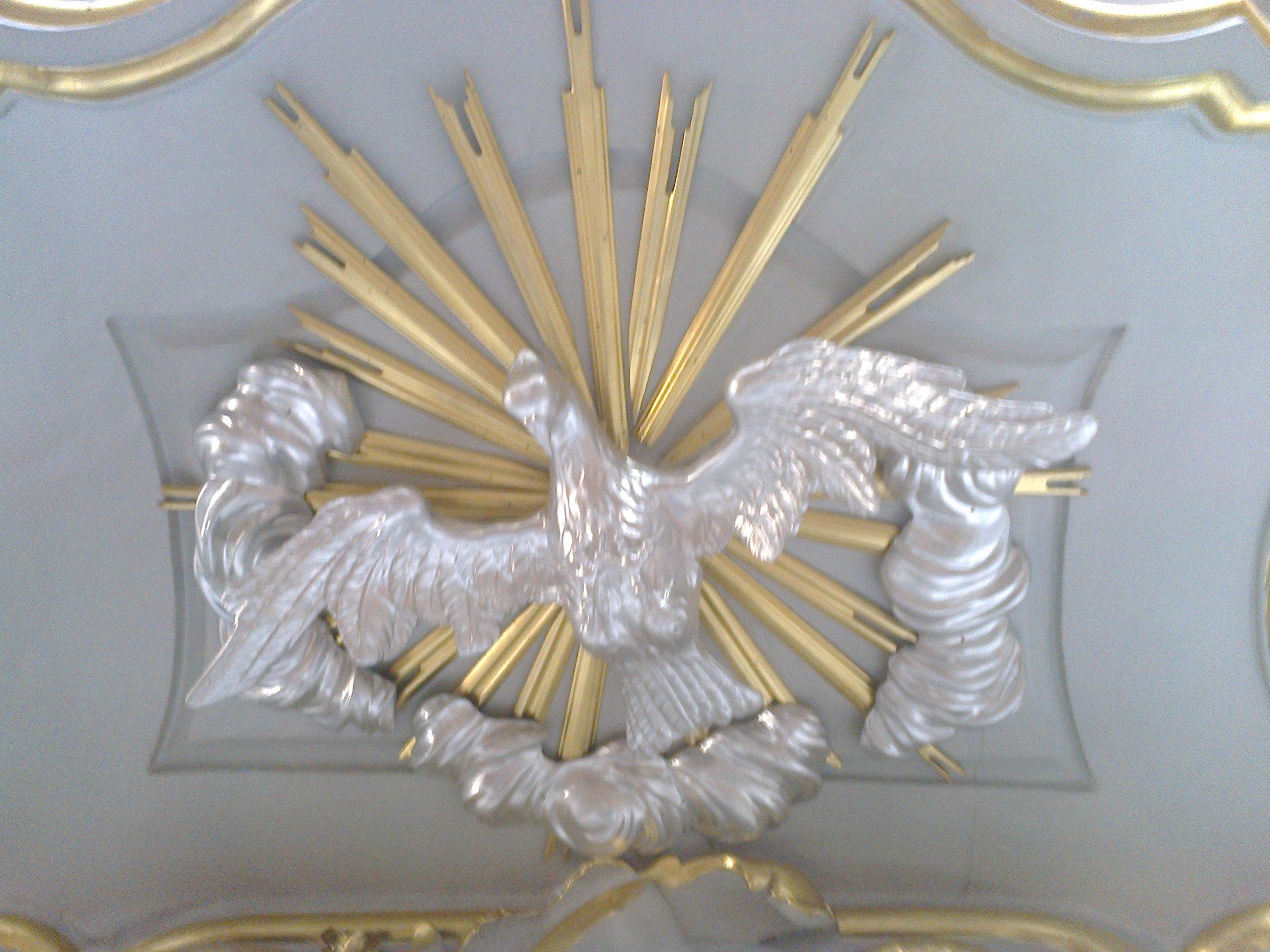 Duch Święty pod baldachimem barokowej ambony
