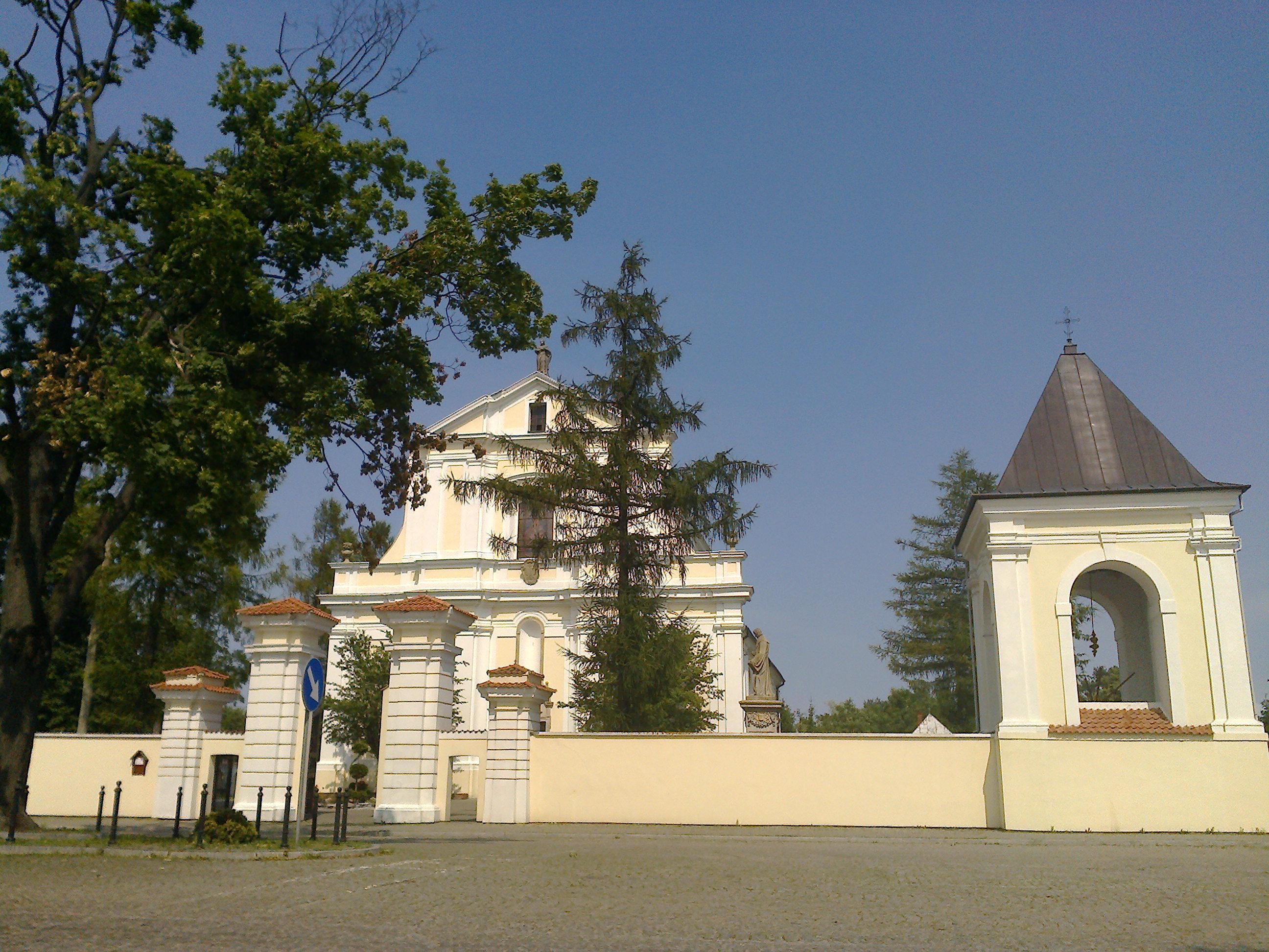 Kościół Parafialny - widok z Placu ks. Krzysztofa Kluka