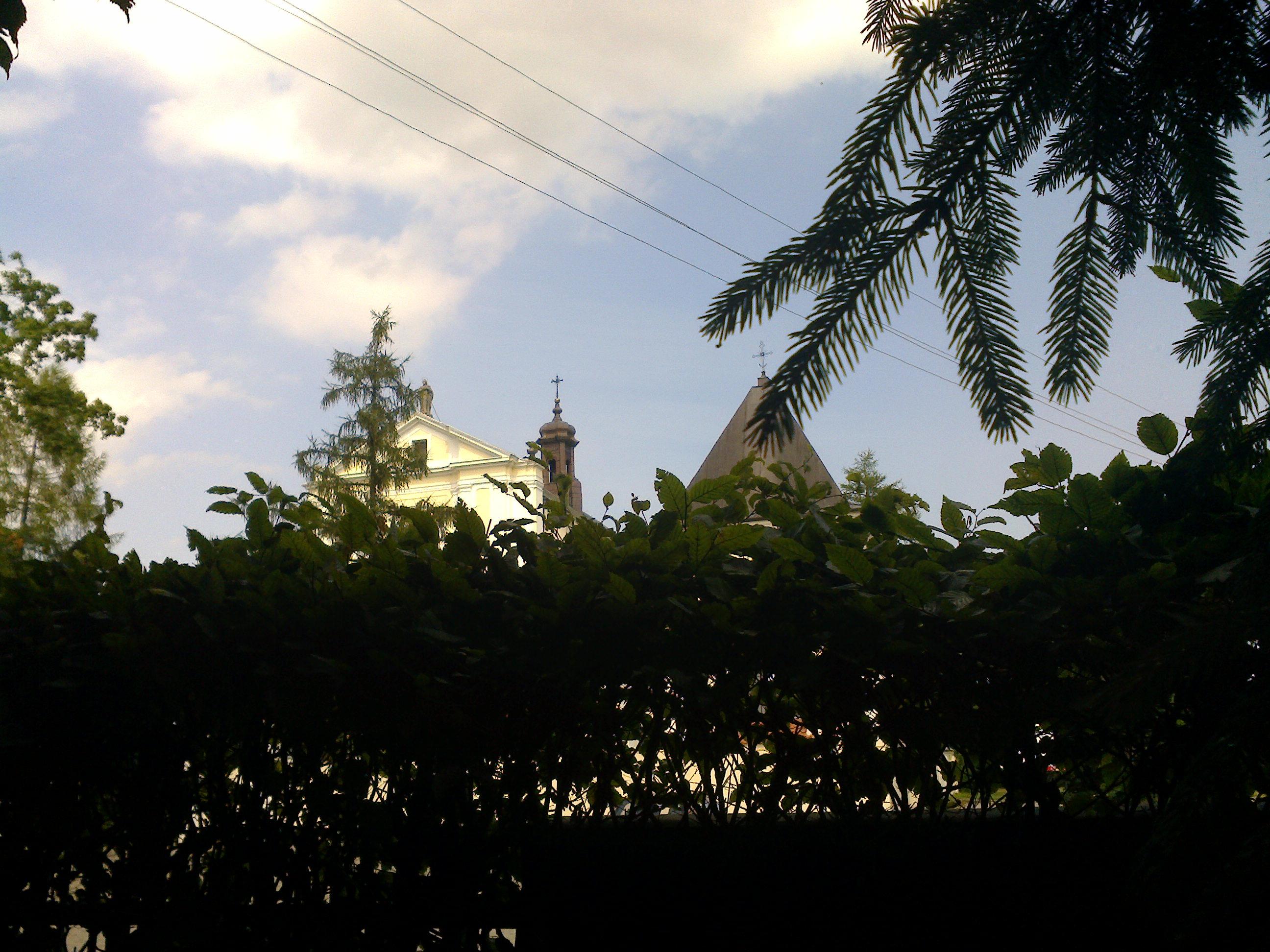 Sygnaturka koscioła widziana z ogrodów plebanii